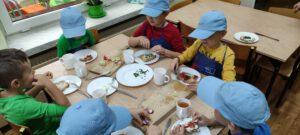 Chłopcy przygotowują samodzielnie kanapki.