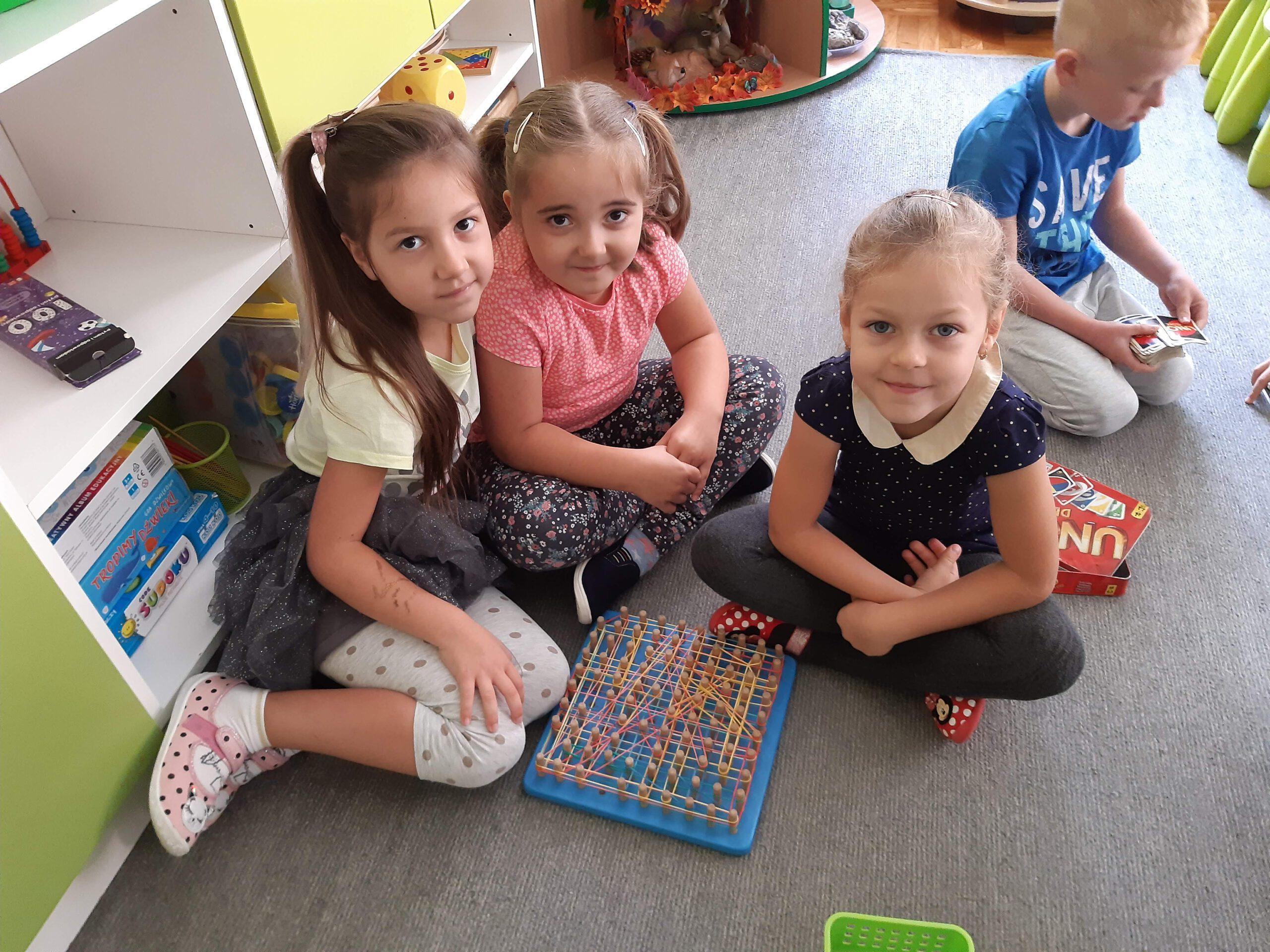 Nikola, Gabrysia i Zuzia wspolnie się bawią