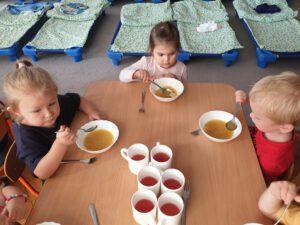 Zuzia z Hanią i Nikosiem celebrują obiad.