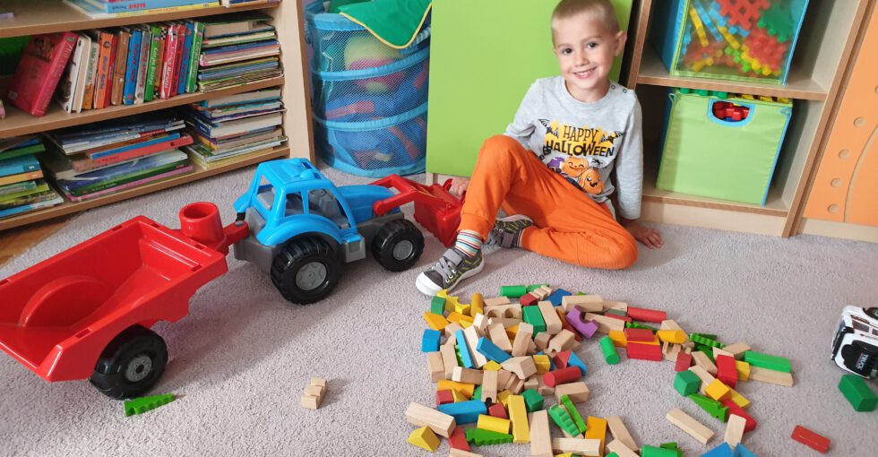 Olek bawi się traktorem.
