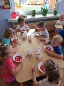 Przedszkolny barszczyk bardzo smakuje naszym 3-latkom.