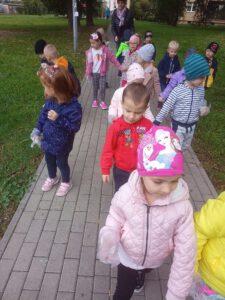 Dzieci na spcerze.