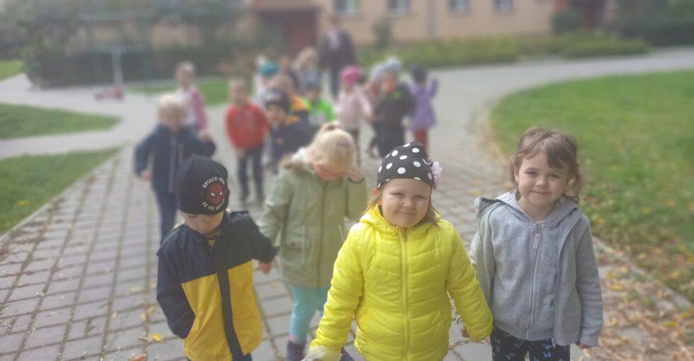Dzieci spacerują.