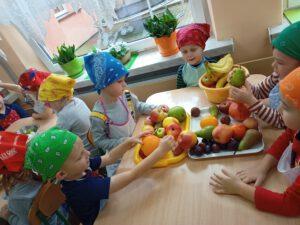 Dzieci wybierają owoce do sałatki.