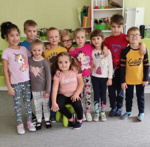 Dzieci świętujące z Zuzią.