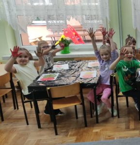 Pierwsza grupa dzieci prezentuje swoje prace.
