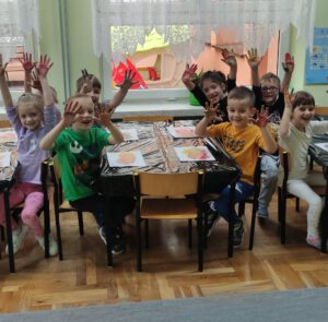 Druga grupa dzieci prezentuje wykonane prace.