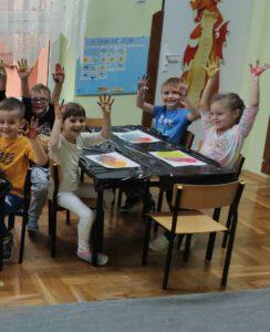 Trzecia grupa dzieci prezentuje wykonane prace.