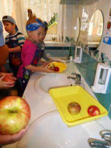 Myjemy owoce.