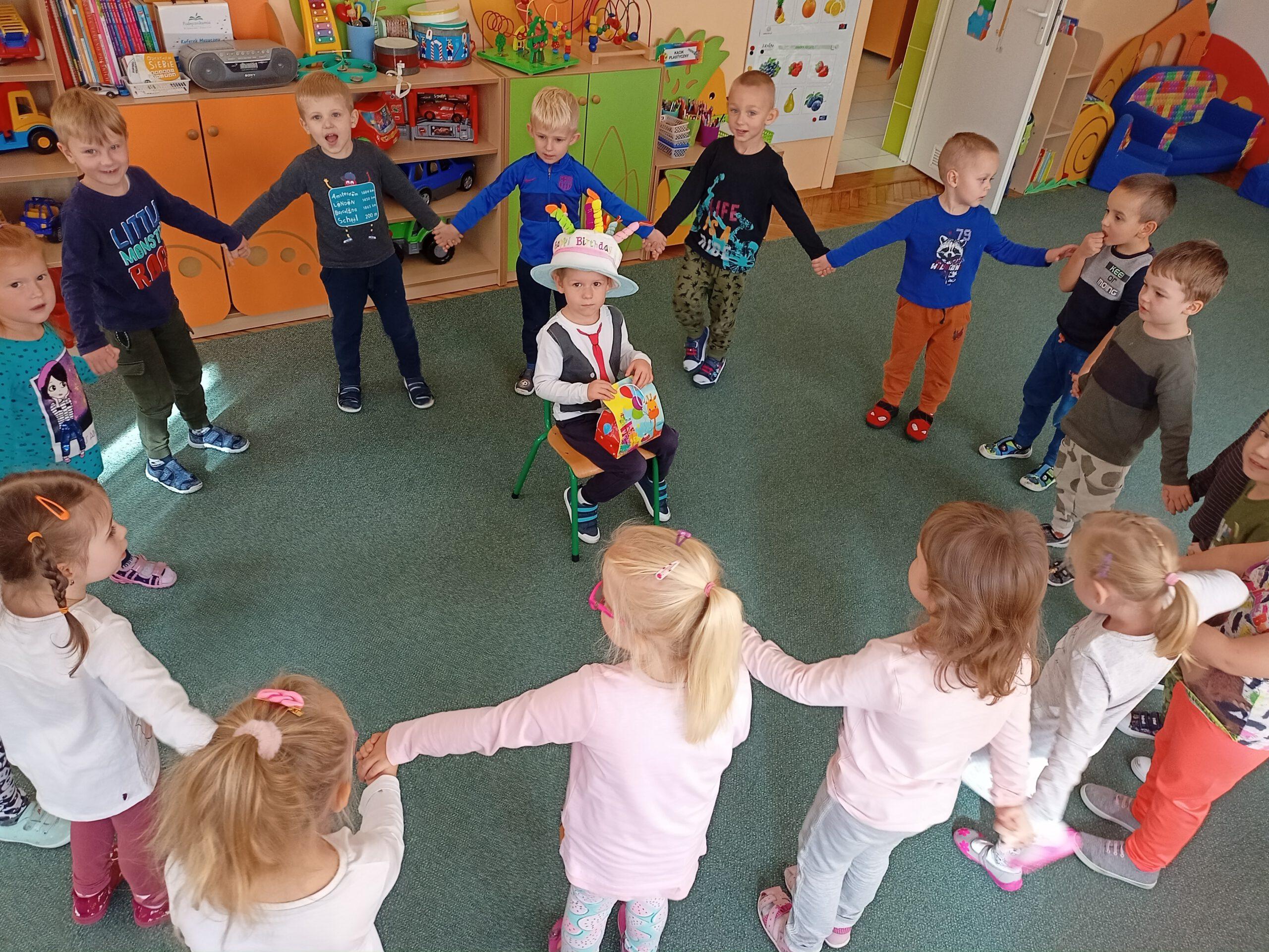 """Dzieci śpiewają """"Sto lat""""."""