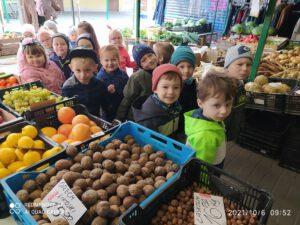 Dzieci podczas zakupów na targu