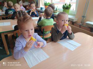 Dzieci podczas jedzenia kukurydzy