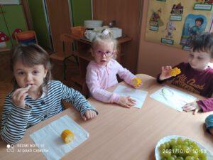Dzieci jedzą gotowane warzywa.
