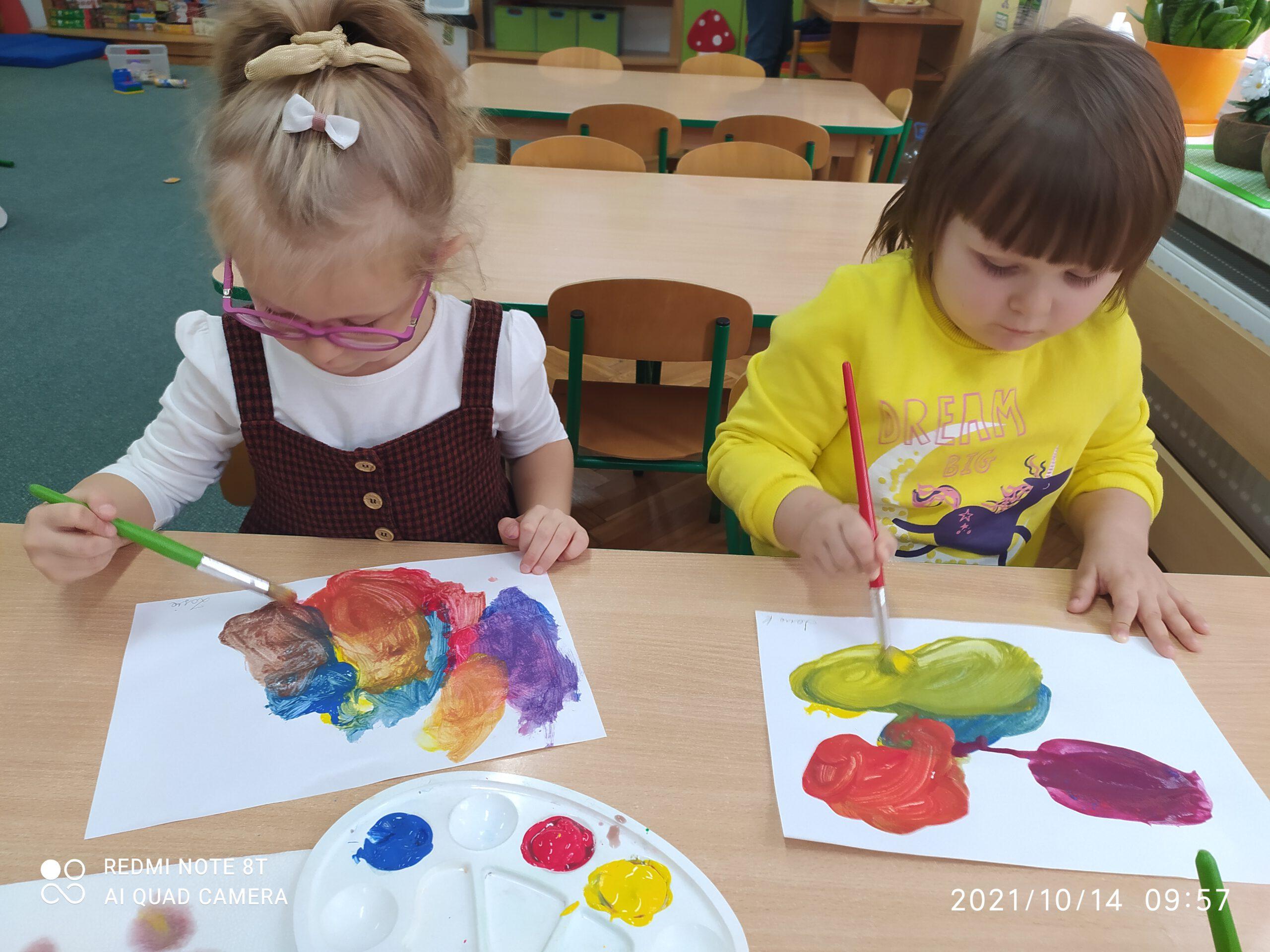 Dzieci poznają kolory podstawowe: żółty, czerwony i niebieski oraz różnicę między kolorem, z barwą. Połączenie koloru żółtego z czerwonym daje nam kolor pomarańczowy.