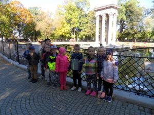 Dzieci oglądają drzewo zniszczone przez korniki i huby.